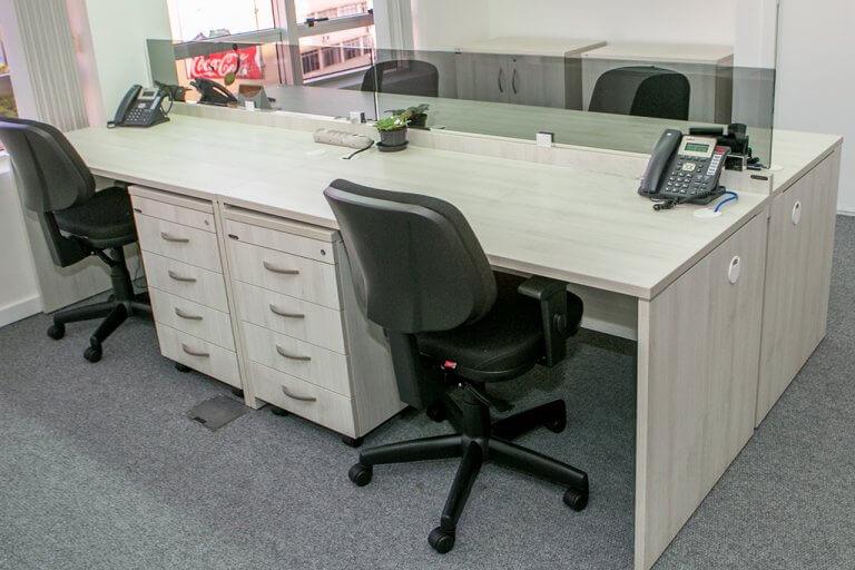Mesa de Escritório com Gaveteiro
