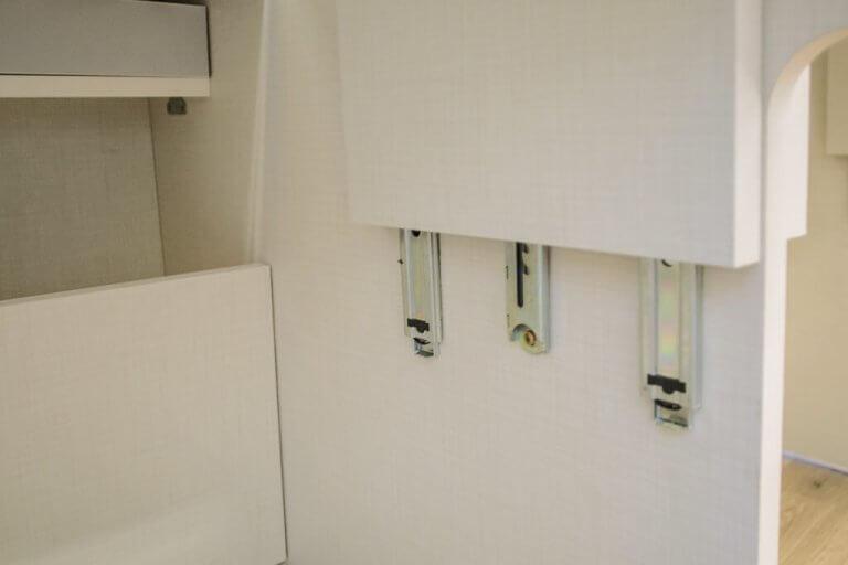 Trilho para ajuste de altura do tampo de mesa